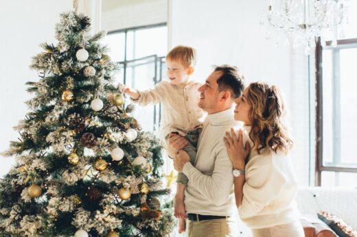 Snježno božićno drvce sa ukrasima